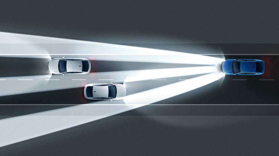 BLI LYS: De nye IntelliLux-lysene øker antallet LED-elementer fra 32 til 168. Lyset justeres sømløst på millisekunder ved hjelp av to separate kontrollenheter. Resultatet er at et større område enn tidligere blir opplyst, og maskeringen av møtende kjøretøy blir enda mer presis, hevder Opel.