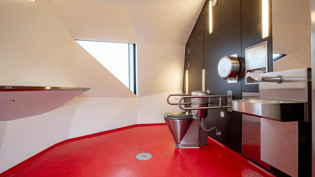 RENE TILSTANDER: Veiutbyggingsselskapet Nye Veier håper å kunne tilby kombinerte anlegg med bensinstasjon – eller energistasjon – og rasteplass med toaletter. Her er interiøret på luksustoalettet på Strandlykkja.