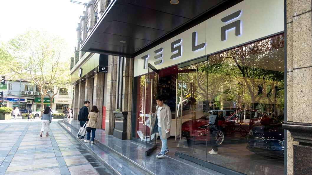 NØLER I DØRA: Elbilsalget dabber av i Kina, selv om Model 3-produksjonen kan få fart på salget i denne Tesla-butikken i Shanghai. Foto: Peter Raaum