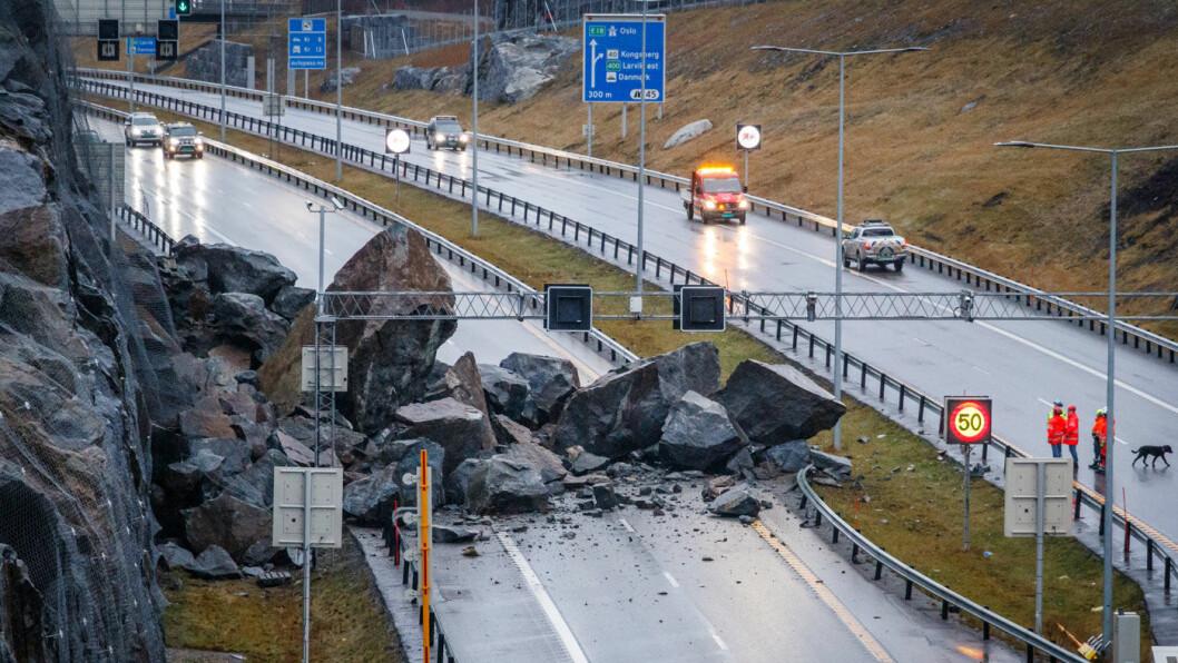 STENGT: E18 ble sperret av steinraset som gikk ved Bommestad i Larvik sent fredag kveld. Veistrekningen er bare to år gammel. Foto: Alexander Vestrum / NTB scanpix