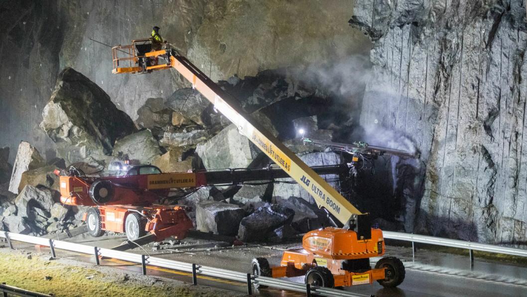RYDDER: Arbeidet med å sikre og rydde rasområdet på E18 ved Bommestad i Larvik fortsatte i helgen. Veien åpnes igjen tidligst mot slutten av neste uke. Foto: Terje Pedersen, NTB / scanpix