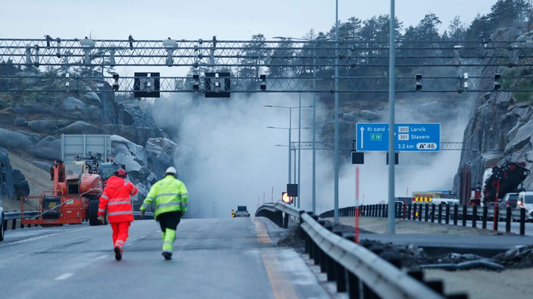 TUSEN BITER: Fjellblokka som sto igjen etter raset ved E18 ved Bommestad i Larvik, ble sprengt tirsdag formiddag. Foto: Terje Bendiksby / NTB scanpix