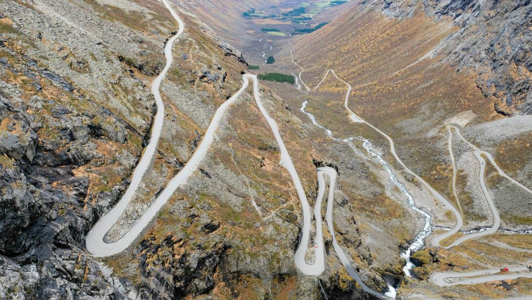 ROLIG TEMPO: Trollstigen i Rauma kommune i Møre og Romsdal. Ny forskning viser at det er færre ulykker på veier med mange krappe svinger. Foto: Fredrik Hagen / NTB scanpix