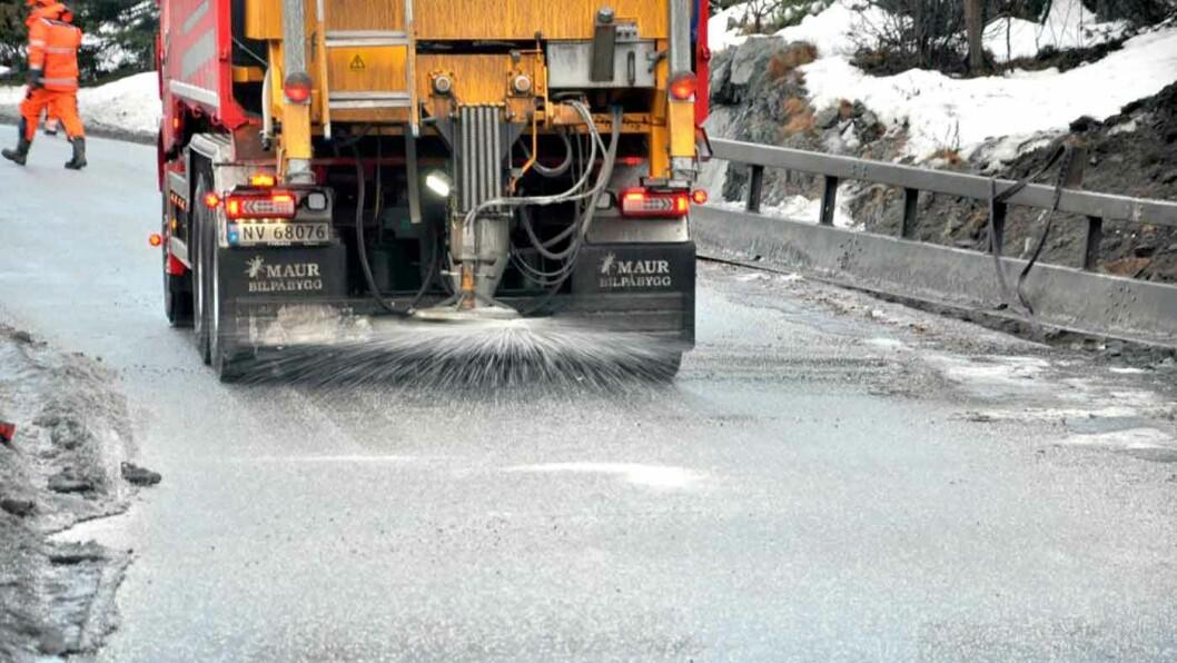 SALT I SÅRET: Vi irriterer oss over saltet, men vegvesenets entreprenører bruker faktisk fem ganger så mye sand som salt for å gjøre veiene framkommelige. Foto: Kjell Wold/Statens vegvesen