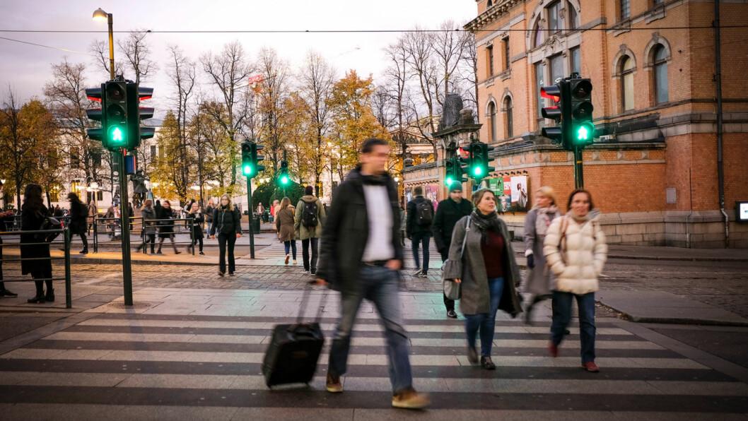 IKKE ALLTID FØRSTE-PRIORITET: Busspassasjerer, ikke fotgjengere, står øverst når veimyndighetene prioriterer hvem som skal få grønt først i sentrum av de store byene, som her ved Nationaltheatret i Oslo. Foto: Jon Terje Hellgren Hansen