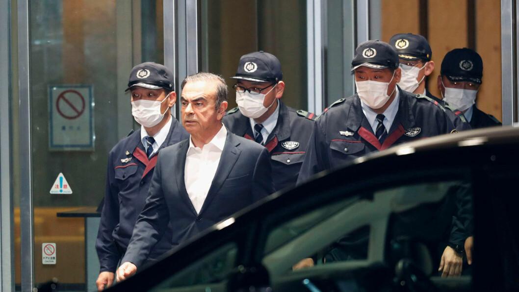 FORLOT JAPAN: Carlos Ghosn på vei ut etter en rettshøring i Tokyo tidligere i år. Foto: AP