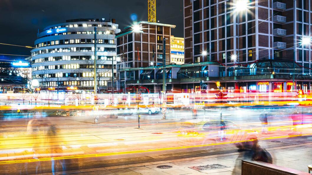 UTFORDRING: – All kunnskap vi samler bekrefter én ting, nemlig at transportutfordringene er i byene. Og jeg tenker på byer i alle størrelser, sier John Lippe i Ford Mobility. Her er et motiv fra Jernbanetoget i Oslo. Foto: Erik Odiin, Unsplash