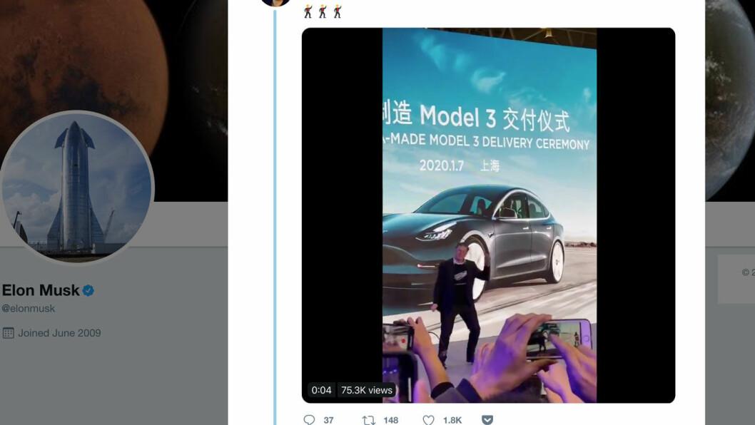 BLID PÅ DANSEGULVET: Elon Musk tok seg noen dansesteg på scenen da han åpnet Teslas nye Gigafactory i Shanghai tirsdag. Foto: Skjermdump av video