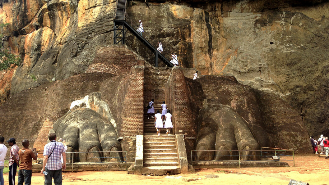 VERDENS ÅTTENDE UNDERVERK: To enorme løveføtter vokter trappene mot toppen av den høye klippen Sigiryia.