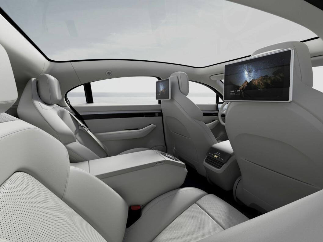 LUFTIG: Skjermer og panoramatak skal gjøre det trivelig for passasjerene, men det ser ikke spesielt romslig ut på bakseteplass.