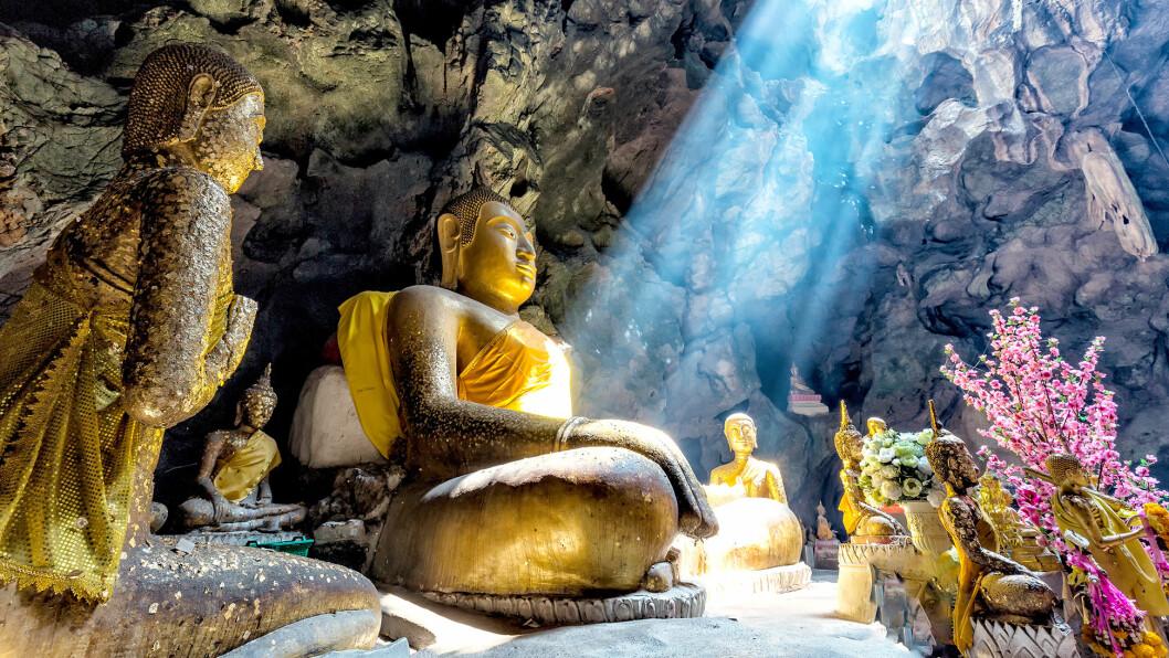 GROTTETEMPELET: I de naturlige grottene i Dambulla står det buddhastatuer i alle størrelser.