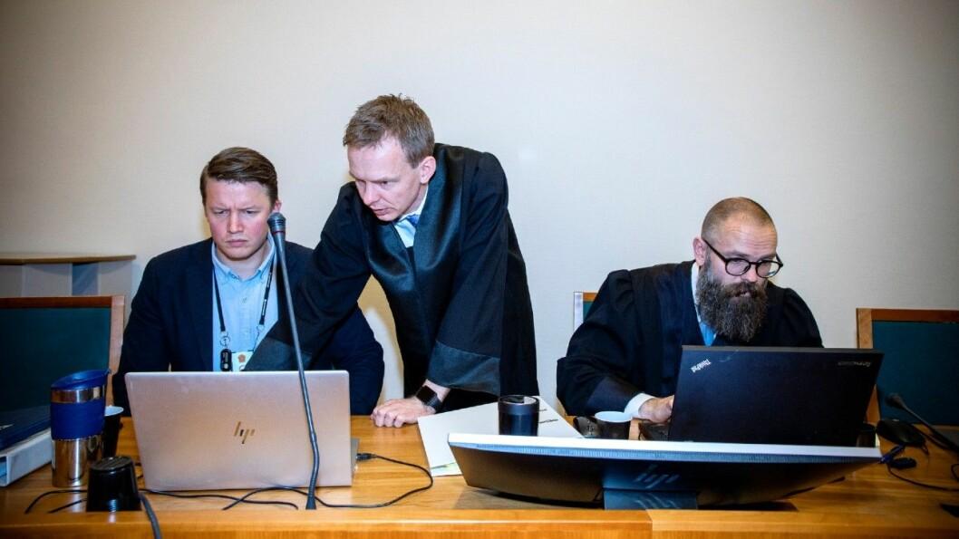 Aktorene Hans Olav Røyr (i midten) og Bernt Olav Bryge (t.h.) griller bruktbilselgeren i retten. Til venstre aktoratets medhjelper Eirik Berg Thorsrud Foto: Tomm W. Christiansen