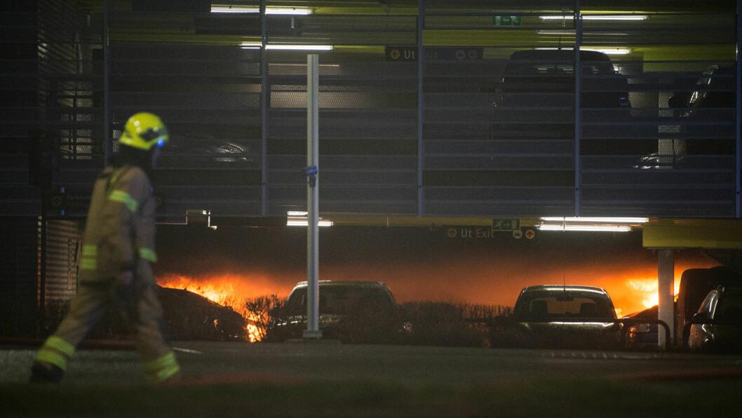 BRANN PÅ SOLA: Arbeidet med å slukke og sikre det utbrente parkeringshuset ved Stavanger lufthavn vil ta tid. Foto: Carina Johansen, NTB / scanpix