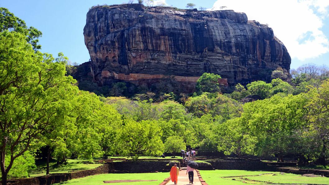 RUINBYEN: På toppen av den 200 meter høye klippen ligger ruinene etter en mer enn 1500 år gammel by.