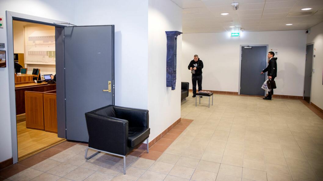 DAGENS DOBBEL: Her er Grimstad-mannens prosessfullmektig, advokat Joakim Boye, på vei inn i rettssalen for å tale sin klients sak. I rettssalen ved siden, hvor døren står åpen, står eieren av Olsen bil tiltalt. Foto: Tomm W. Christiansen