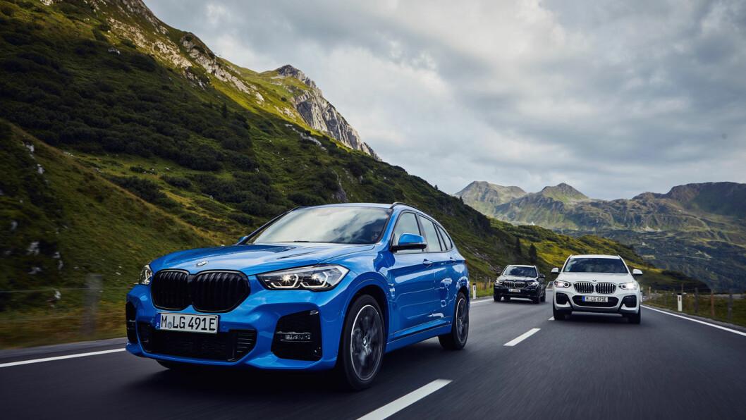 NORGES-BMW: X1 har vært en av BMWs bestselgere i Norge i noen år. Som ladbar hybrid til en hyggelig pris, vil den få et nytt og bedre liv –med modellnavnet xDrive 25e. Her med X3 xDrive30e og X5 xDrive45e på hjul. Foto: BMW