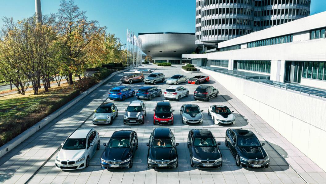LADEBONANZA: Her ser vi BMW-konsernets ladbare modeller oppstilt på rekke og rad. Produsenten hevder de skal ha 25 elektrifiserte modeller på markedet i 2023. Foto: BMW