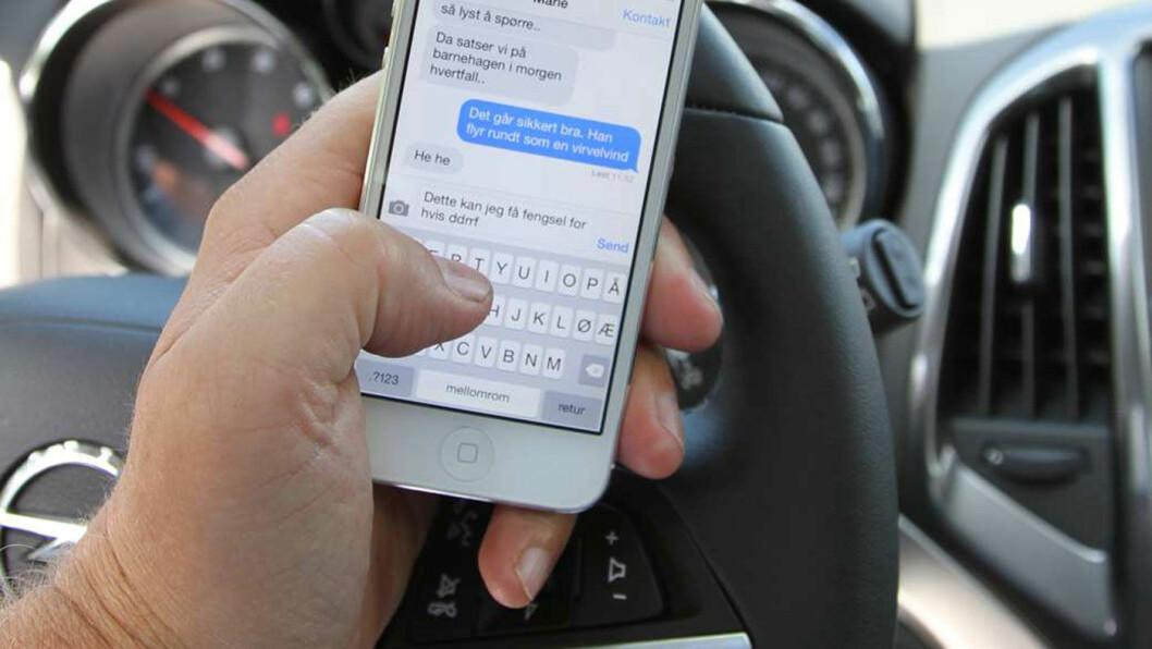 MINDRE ALVORLIG: Lovlig mobilbruk reduserer sjåførens oppmerksomhet i trafikken, men gir også lavere fart og stressnivå. Dette gir flere, men færre alvorlige, ulykker, mener to norske forskere.