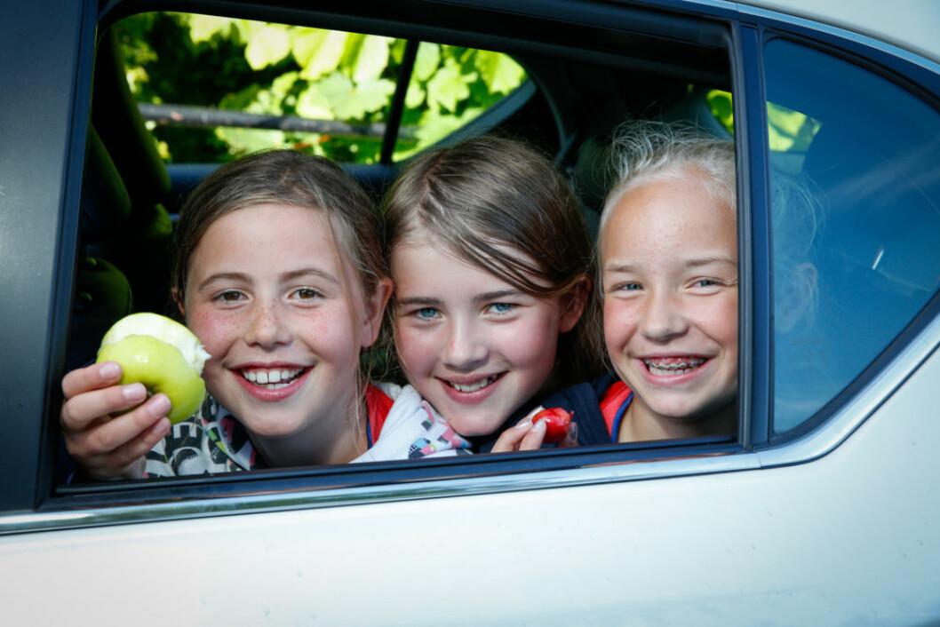 GODE RÅD: Oppskåret frukt, kald drikke og små porsjoner er tre tips fra ernæringsfysiologen for at Vilde, Emma og Sofie skal få en fin biltur.