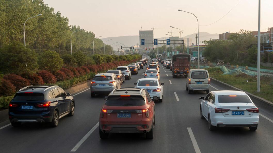 BILSTORMAKT: Biler flest lages i Kina og fyller veiene i ettermiddagstrafikken som her i Nanjing.