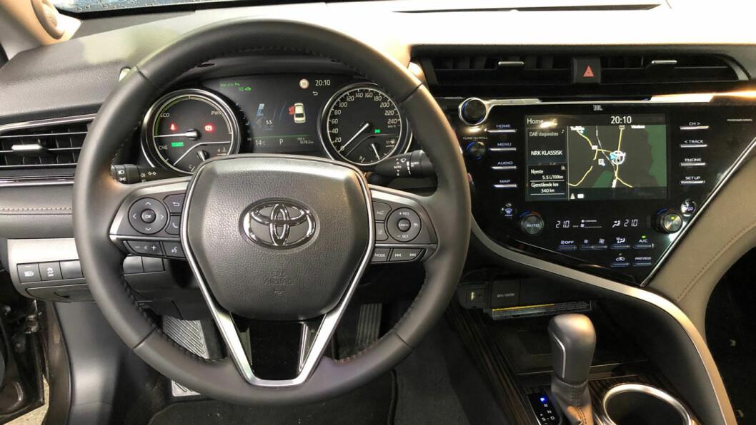 TAXITOPP: Sett deg inn i en ny drosje, og sjansen er stor for at du ser rattet på en Toyota. Toyota Camry kom som ventet tungt inn i taximarkedet i 2019. Totalt ble den landets fjerde på listen over førstegangsregistrerte taxier. Foto: Øivind A. Monn-Iversen