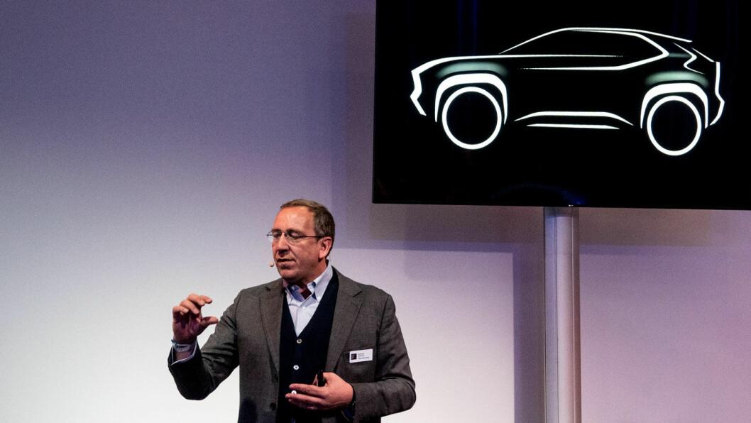 KUN SKISSE: Dette er konturene av det Toyota og programdirektør Andrea Carlucci tror skal bli selskapets neste bestselger, en liten hybrid-SUV med firehjulstrekk. Foto: Peter Raaum