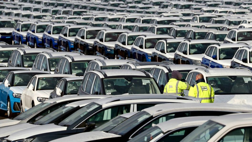 KLARE FOR SALG: Nybilsalget i EU økte for sjette år på rad i 2019. Her tusenvis av biler på en lagringsplass ved byen Sheerness, sørøst i England. Foto: Gareth Fuller / PA via AP / NTB scanpix
