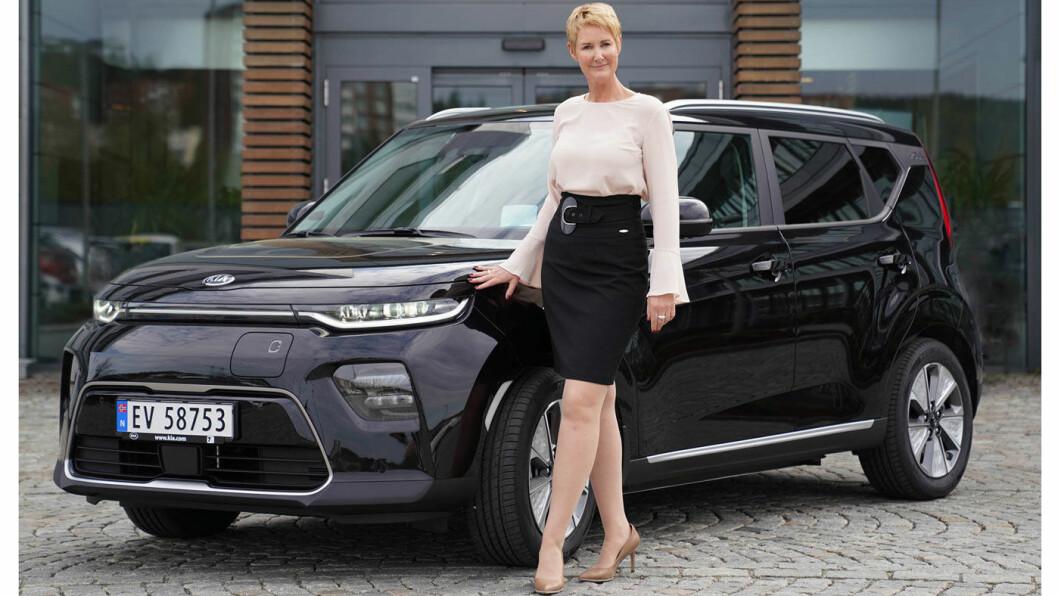 ENDELIG: Kia e-Soul har meget solid rekkevidde og bilen har fått mange reservasjoner i Norge. Nå ser det omsider ut til at fabrikken også skal klare å levere bilene til de mange kundene som venter på leveransene fra Kia Norge-sjef Irene Solstad.