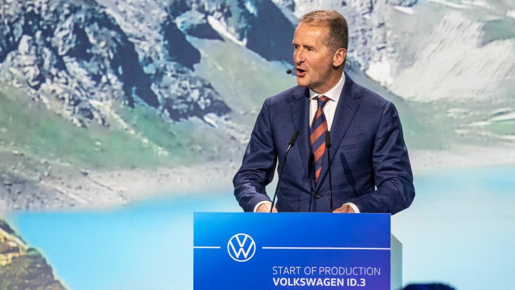 PRIORITERER: Volkswagens konsernsjef Herbert Diess vil øke trykket på produksjon av de batterielektriske bilene. Foto: Peter Raaum