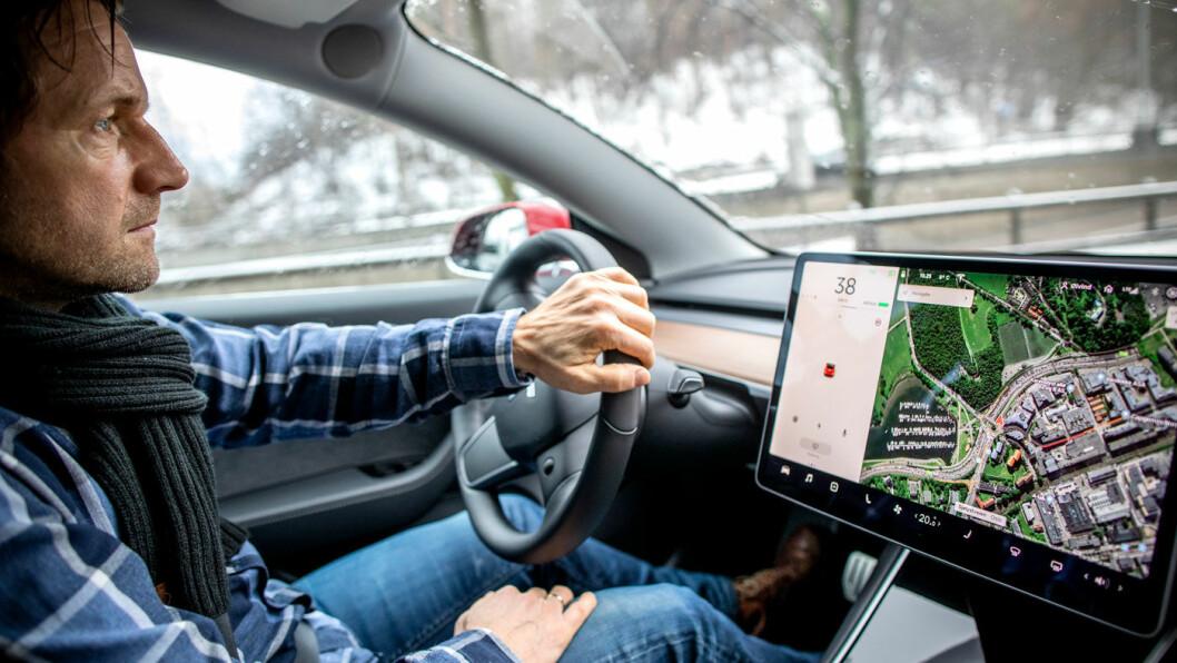 I FARTA: Det er ingen tvil om at Tesla Model 3 akselererer fort. Nå spørs det om den også akselererer av seg selv. Foto: Tomm W. Christiansen
