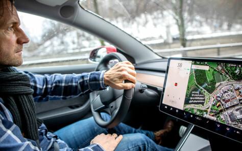 Hevder Tesla-en akselererer av seg selv