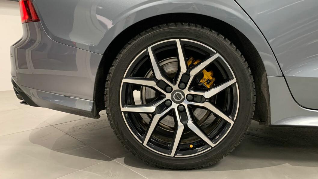 GODT DIMENSJONERT: Kraftige Brembo-bremser med gule kalipere smidd i ett stykke forteller noe om bilens sportslige ambisjoner.