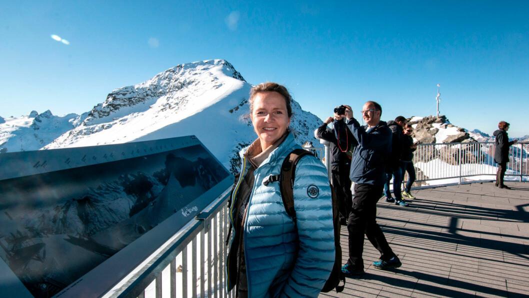 BRITT ØNSKER VELKOMMEN: Britt Lærdal-Øyo er norsk-sveitsisk og er spesialist på Sveits. En bedre reiseleder kan vi ikke få. Foto: Peter Raaum