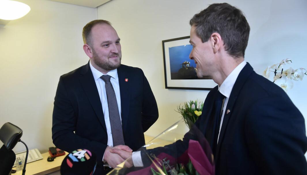 BOMPENGETOPPENE: Nøkkeloverrekkelse i Samferdselsdepartementet mellom Jon Georg Dale (Frp) og Knut Arild Hareide (KrF) i januar 2020.