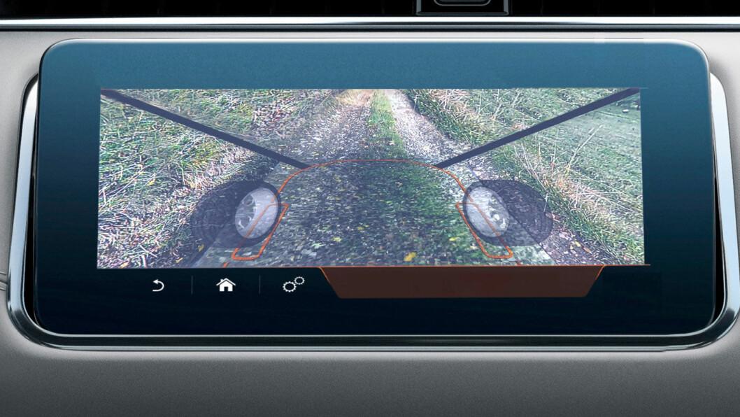 GJENNOMSIKTIG: Det såkalt usynlige panseret er i virkeligheten et bilde som er en elektronisk rekonstruksjon av det som befinner seg utenfor synsfeltet rett foran bilen. I motsetning til Land Rovers system, som var projisert på frontruten, vises bildet her i en skjerm. Foto: Continental
