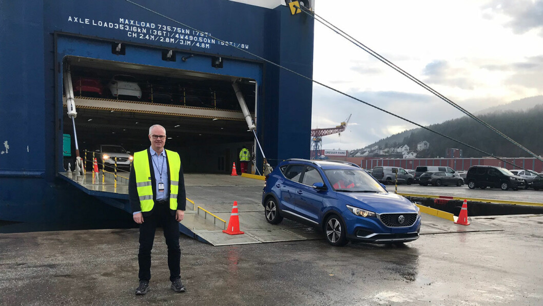 FØRST UTE: Administrerende direktør Jan Kåre Holmedal i Norwegian Mobility Group, er synlig fornøyd med å kunne ta imot den første lasten med elektriske SUV-er fra MG i Drammen havn.