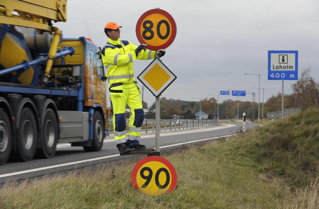 SENKER FARTEN: Fram til 2025 skal farten ned på 4250 kilometer svenske veier. Dette vil spare 16 liv og 3000 tonn CO2. Foto: Trafikverket