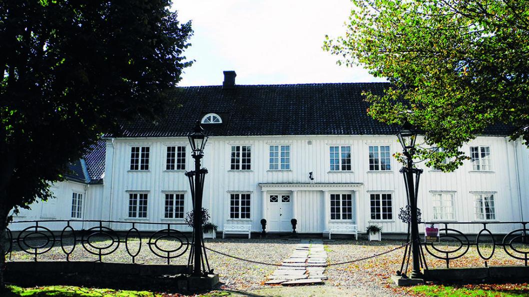 STASELIG: Er du i Halden bør du også stikke innom den staselige Rød herregård fra 1700-tallet hvor det både er galleri og kafé. Foto: Per Roger Lauritzen
