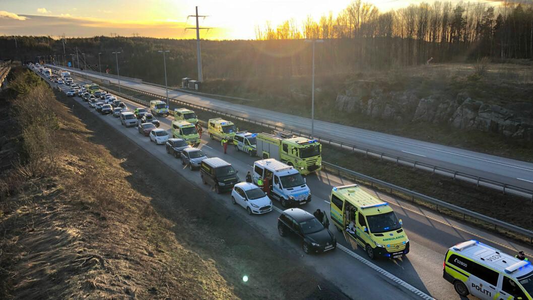STOPP: Lange køer etter kollisjon på E6 ved Son i starten av januar. To ble kritisk skadd i ulykken. Foto: NYHETSTIPS.NO/NTB scanpix