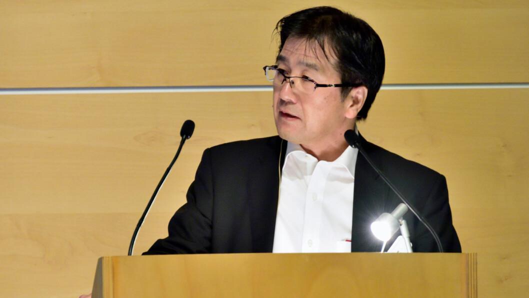 GASSALARM: Toyota og deres forskingsleder Seigo Kuzumaki innfører en «smart» gass som leser av pedalberøringen for å finne ut om sjåføren heller ønsker å bremse. Teknologien innføres i sommer, og blir kanskje å finne i en bestselger som RAV4. Foto: Toyota