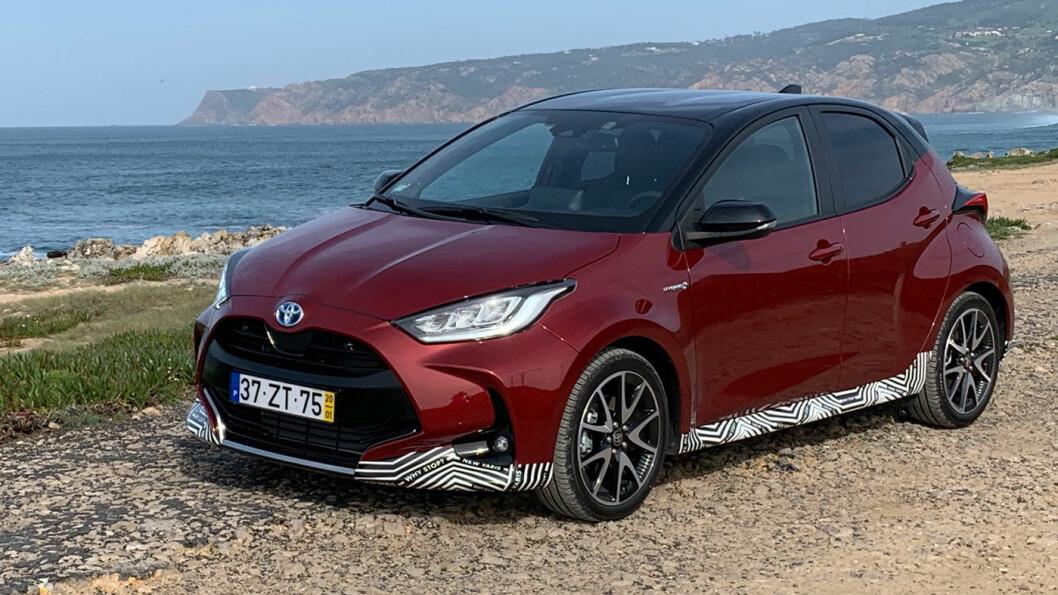 IKKE KJEDELIG: Allerede forrige Yaris hadde en ganske spenstig design, men nykommeren er lavere og bredere – designmessig synes vi Toyota er i mål med denne. Foto: Knut Moberg