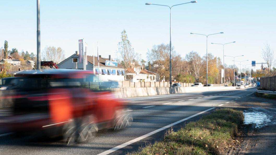 NY VEI KOMMER? E18 ved Ramstadsletta, noen kilometer fra Oslos bygrense. Nå er det politisk flertall på Stortinget for en ny motorvei vest for hovedstaden. Foto: Peter Raaum