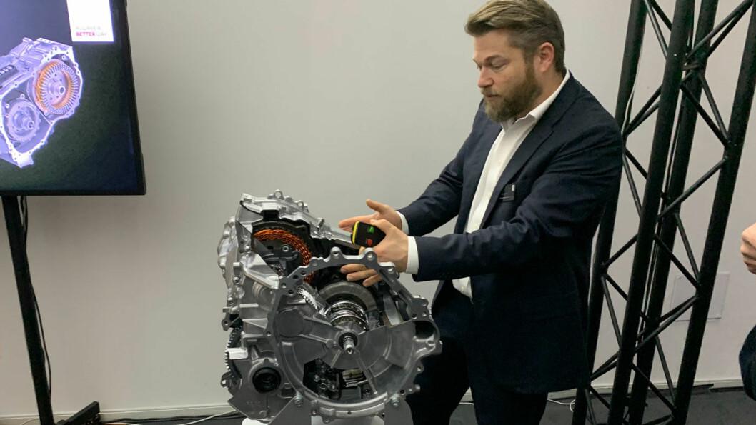 HYBRID-GURU: Stefan Ramaekers kan hybridteknologien til Toyota på fingrene og gir oss full innsikt i de tekniske detaljene – med tydelig stolthet.
