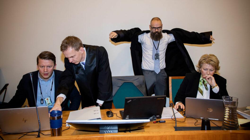 «SNAKKER USANT»: Aktor Hans Olav Røyr, her stående som nummer to fra venstre med det øvrige aktoratet, mener den tiltalte bruktbilselgeren er helt uten troverdighet. Foto: Tomm W. Christiansen