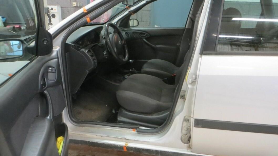 SKJØTET BIL: Påtalemyndigheten mener bruktbilselgeren skal fengsles blant annet for å ha utført mangelfulle bilreparasjoner. Denne bilen skal ha blitt skjøtet sammen av to bilvrak der hvor den oransje tapen er. Foto: Elisabeth Grosvold
