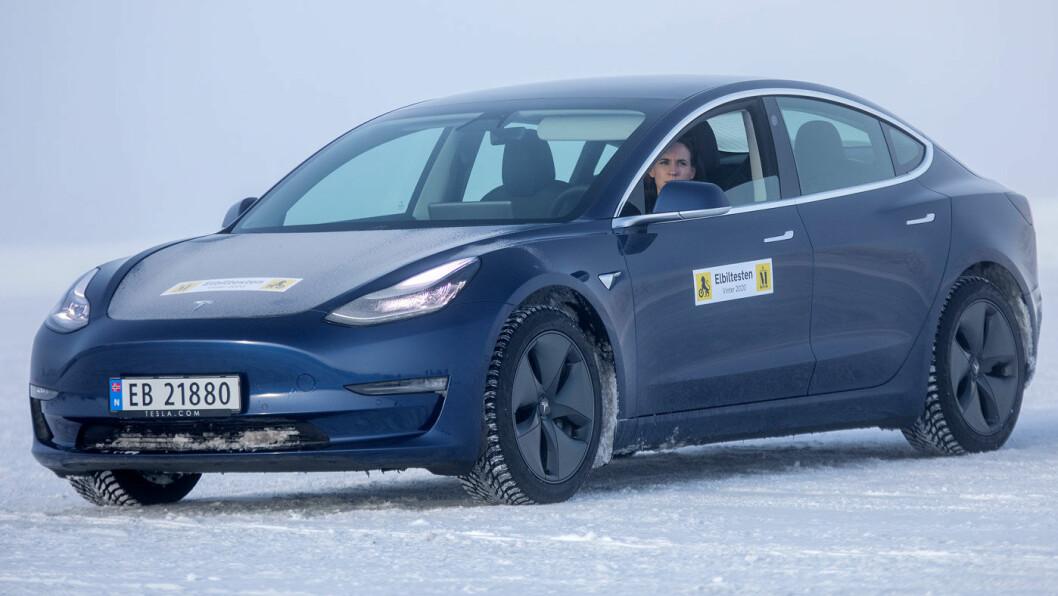 EFFEKTIV: Tesla Model 3 hadde trolig hatt testens høyeste avlesing på ladestolpen med 186 kW effekt etter 5 minutters lading. Foto: Tomm W. Christiansen