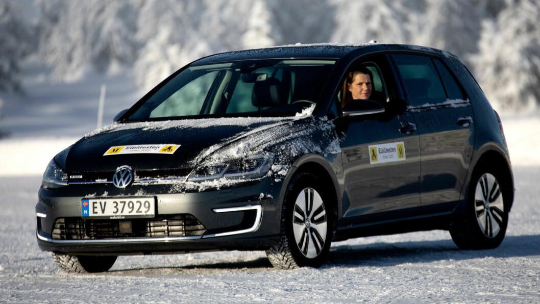 VW E-GOLF: Gikk 198,1 km (oppgitt 222 km), et avvik på 10,77 prosent. Lader fra 4 til 83 prosent på 40 minutter.
