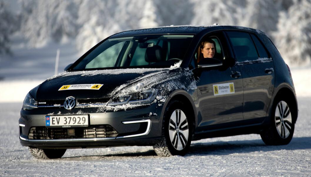 SISTE TREKK: Volkswagens populære e-Golf har forhjulstrekk, men det er mest fordi den er en ombygd fossilbil. Her er den under sin siste vinterrekkedviddetest med Motor og NAF.