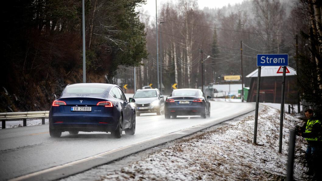 HVOR ELLERS? Elbiler på vei gjennom Strøm i Nittedal.