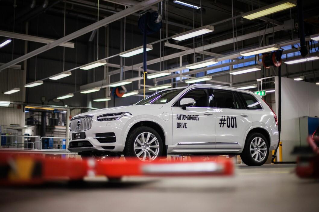 KJØRER SELV: Fredag kjørte første selvkjørende Volvo XC90 ut fra fabrikken i Gøteborg.Over hundre familier i Gøteborg får biler neste år. Foto: Volvo